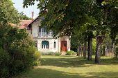 Haus mit einem schönen Garten
