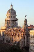 Mañana amanecer reflejo del Gran Teatro de La Habana y los edificios del Capitolio con Central