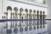 Abu-Dhabi, Grand Moss white arcades and water