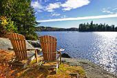 Cadeiras de Adirondack, no Lake Shore