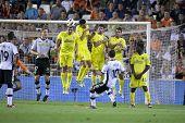VALENCIA, Spanien - 10. APRIL: Mata führt einen Freistoß in der spanischen Fußball-Liga zwischen Valencia c.