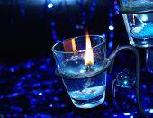 Iluminación azul vela en el candelabro
