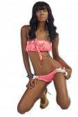 Mulher afro-americana em Bikini rosa