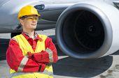 Engenheiro aeroespacial na frente a turbina de um avião a jato comercial