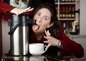 Mulher bebendo café diretamente de um distribuidor