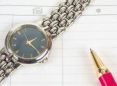 Pluma y reloj caro