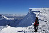 auf schneebedeckten Gipfel des Helvellyn Bergsteiger