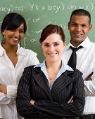 Grupo de profesores jóvenes confiados en aula