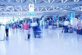 Pessoas no aeroporto. Turva. Não reconhecíveis rostos ou marcas.