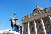 Staatskanzlei Munich Mit Statue