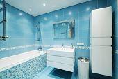 Interior de casa de banho azul de luxo. Sem marcas ou objetos de direitos autorais.