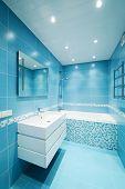 moderne Luxury Bathroom blau Innenraum. keine Markennamen oder copyright-Objekte.