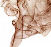 color marrón humo sobre fondo blanco