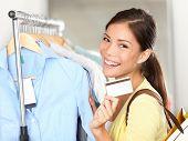 Mulher mostrando cartão de crédito de compras