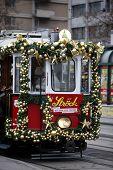 Viena, AUSTRIA - 11 de diciembre: Navidad especialmente decorada tranvía paseo por las calles de Viena