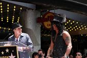 LOS ANGELES - 9 de JUL: Charlie Sheen, Slash en el paseo de Hollywood de la ceremonia de la fama de Slash en duro