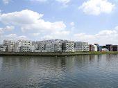 Contêineres empilhados à beira-mar no porto de Roterdão