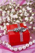 Verlovingsring op roze doek