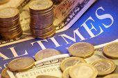 Wirtschaftszeitung mit Geld