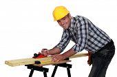 Carpintero trabajando en la mesa de trabajo