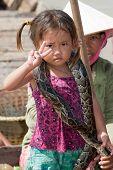Mädchen von Kambodscha mit Schlange