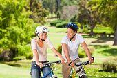Pareja con sus bicicletas en el Parque