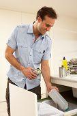 Homem reciclagem resíduos em casa