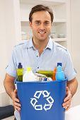 Homem mantém reciclagem resíduos Bin em casa