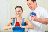 Patientin in der Physiotherapie, körperliche Übungen mit ihrem Therapeuten tun, sie verwenden eine massag
