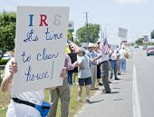 PENSACOLA, FL - 21 MAY: Demonstranten Rallye vor die IRS-Niederlassung in Pensacola, FL am 21. Mai 20