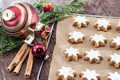 Cinnamon-flavoured Star-shaped Biscuits