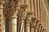 capiteles, columnas y arcos en claustro Monreale, cerca de Palermo, Sicilia