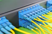 cabos hub e remendo de rede, cabos de fibra conectado a servidores em um datacenter