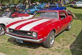 Vermelho branco Chevy Camaro 327