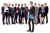 Succesvolle gelukkig business team wordt gepresenteerd door een jonge leider, op witte achtergrond. jonge busines