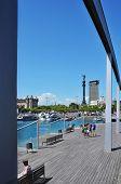 BARCELONA, Espanha - 16 de agosto: Rambla de Mar e Port Vell, em 16 de agosto de 2012, em Barcelona, Espanha. Th