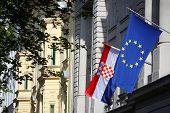 Edificio con la UE y la bandera croata