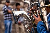 Trombones tocando en una Big Band.