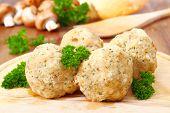 Bolinho de massa com cogumelos