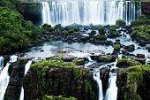 Las Cataratas del Iguazú, la más grande serie de cascadas del mundo, ubicado en el Brasil y Argentini