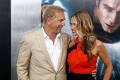 NOVA YORK-10 de junho: Ator Kevin Costner e esposa Christine Baumgartner assistir a estréia mundial de