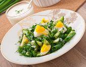 salada de ovos cozidos, cebola verde e pepino com molho de iogurte