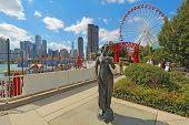 Estatua, la noria y el paisaje urbano en el Navy Pier en Chicago, Illinois