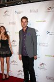 LOS ANGELES - 9 de JAN: Justin Hartley na festa