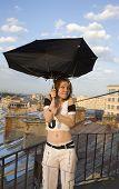 Uma menina com um guarda-chuva
