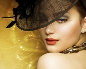Постер, плакат: Красивая женщина мода на роскошный Золотой фон