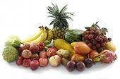 Gemischte Früchte auf weißem Hintergrund