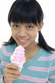 Niña comiendo un helado