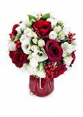 Peça central de arranjo de Bouquet flor colorida no vaso vermelho, isolado no fundo branco