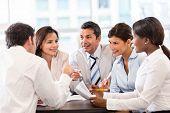 Gruppe von Geschäftsleuten in einer Besprechung im Büro